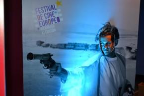 Algunos asistentes apovecharon para tomarse fotos en los standees de película famosas europeas.